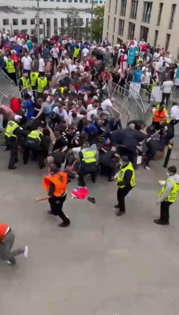 温布利球场外发生混乱。