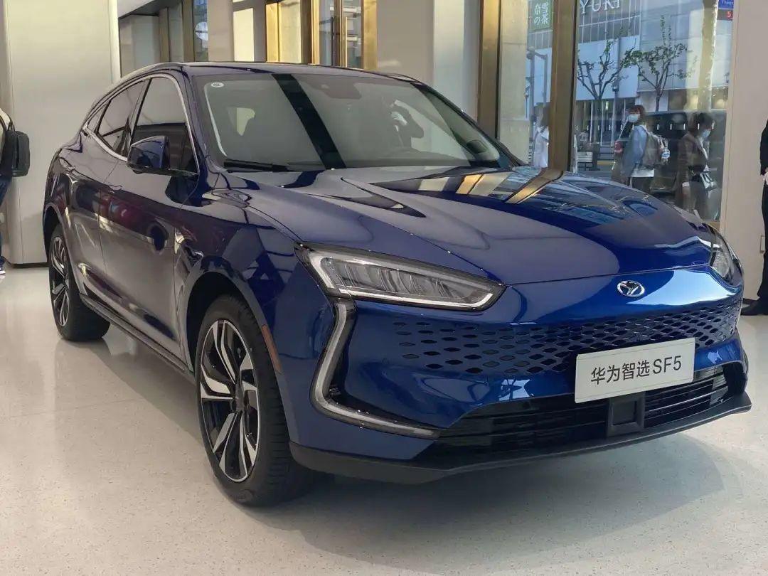 北京一家华为智选体验店里展出的华为赛力斯SF5汽车