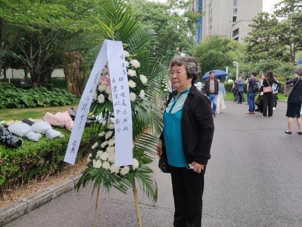 吴孟超院士遗体告别仪式今天上午在上海举行,民众冒雨前来送别插图(10)