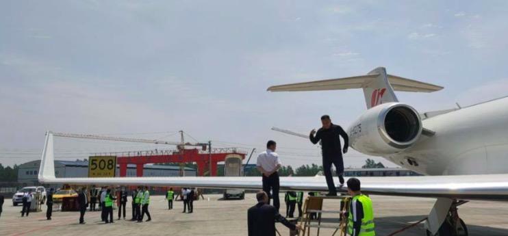 飞机所在机位的南侧临近一施工工地。本文图片来源为调查报告
