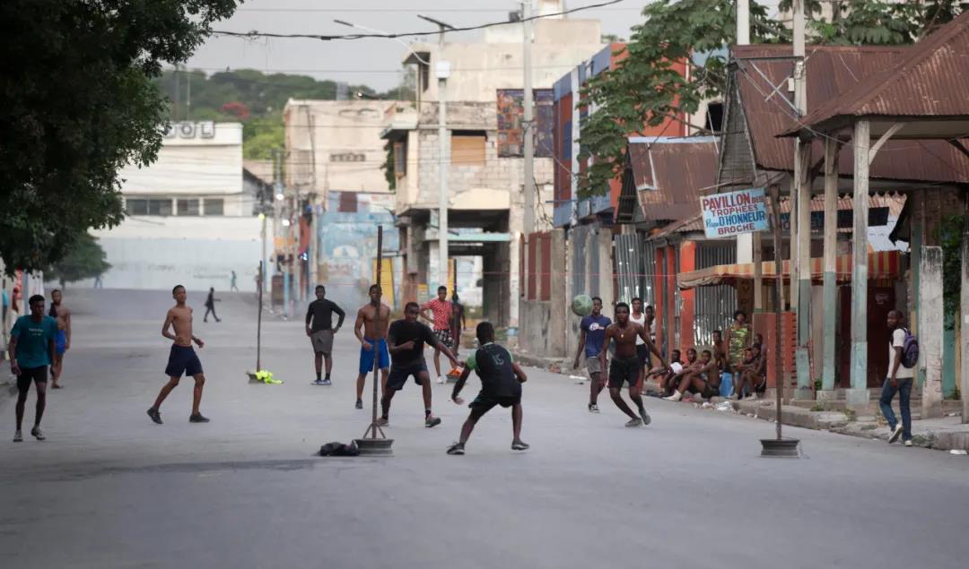 当地时间2021年7月7日,海地太子港,青少年在踢足球。IC photo