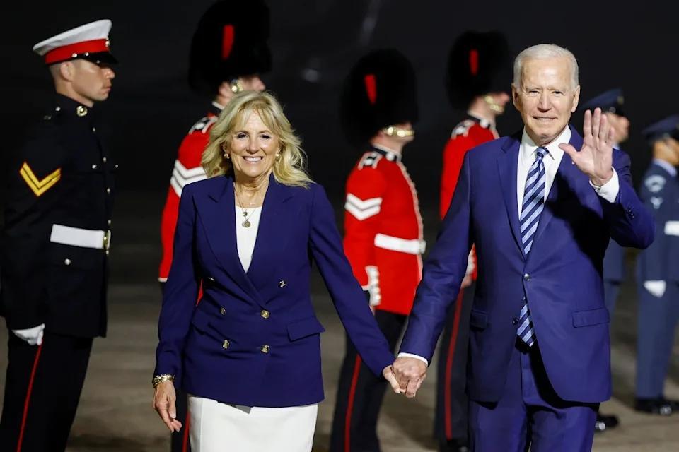 ↑拜登夫妇身着情侣装抵达英国。图据美联社