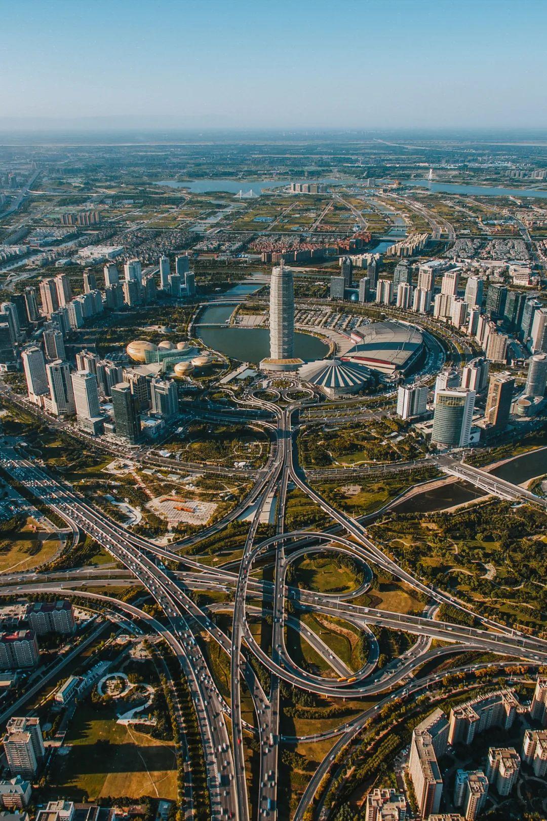 ▲ 蓬勃发展中的郑东新区,朝着国际化的区域性金融中心迈进。 摄影/焦潇翔