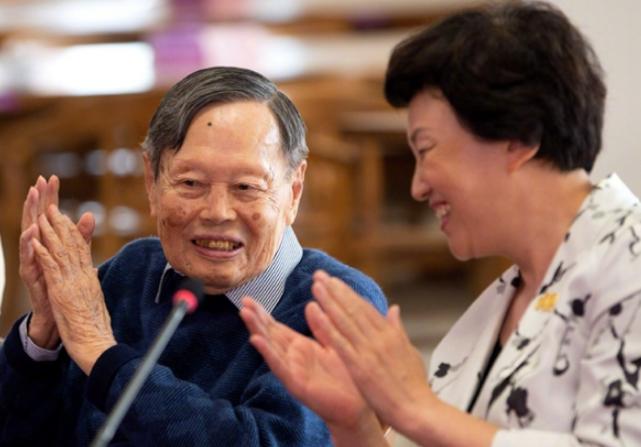 99岁杨振宁携翁帆露面,杨老拄拐不用妻扶