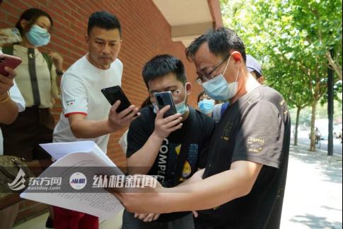(圖說:受害人父親老劉向媒體展示案件相關材料。蔡黃浩 攝)