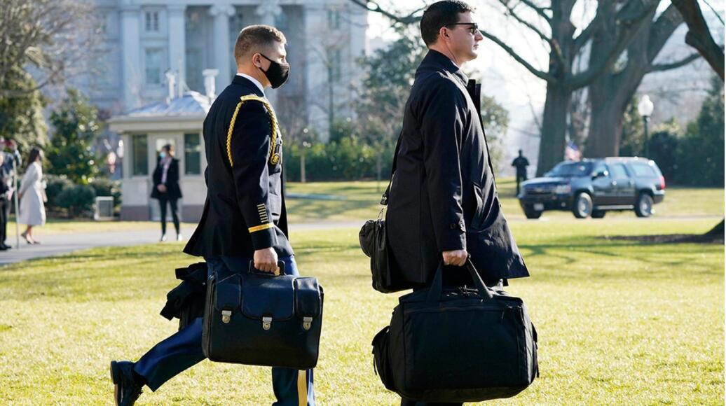 """携带""""核手提箱""""的美军人员(图左) 美联社图"""