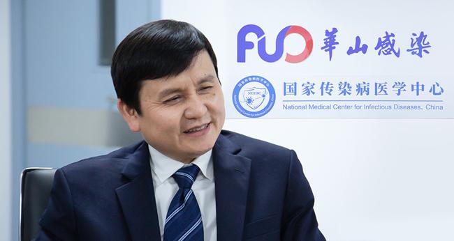 张文宏正在接受观察者网独家专访 图源:观察者网
