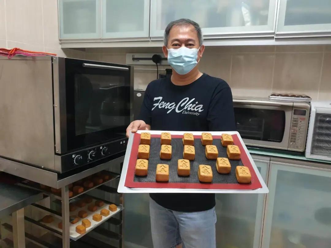 图   苏明德在直播中制作的麻将造型月饼