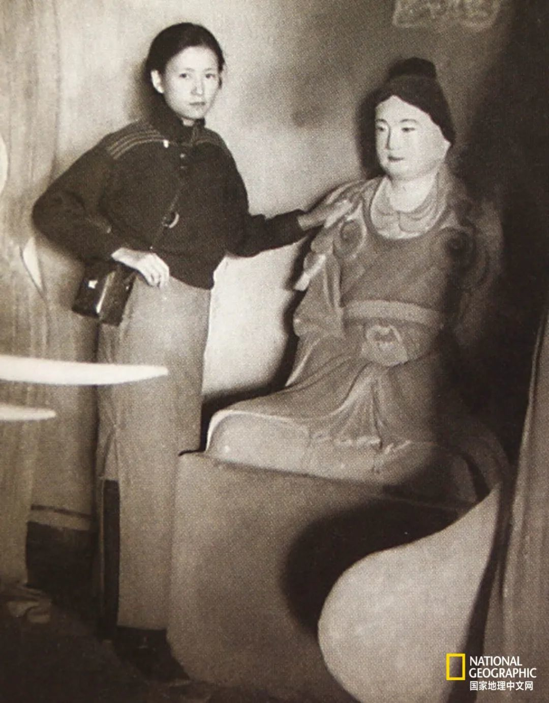 作为中国第一位女性建筑学家,她和梁思成对中国的许多古建筑进行了实地考察。在佛光寺东大殿拍摄的这张与佛殿主宁公遇塑像的合影已成经典。 供图:林洙