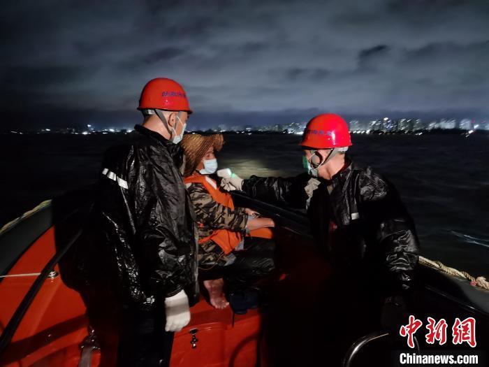 救援人员为遇险人员测量体温。 救援人员供图