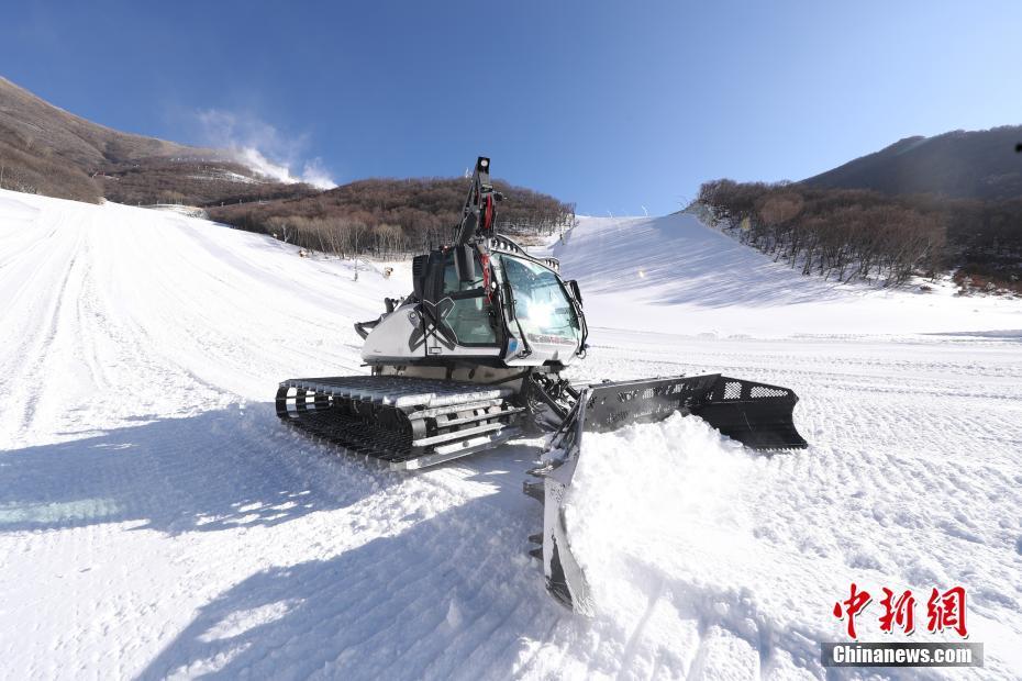 2020年12月29日,在延庆赛区的国家高山滑雪中心,铲雪车在整理赛道。延庆赛区位于小海陀山区域,海拔最高点2198米,是北京2022年冬奥会建设难度最大的赛区。国家高山滑雪中心共建设7条赛道,这里拥有国内第一条符合奥运标准的高山滑雪赛道,也是目前世界上难度最大的比赛场地之一。目前,国家高山滑雪中心7条赛道及附属设施全部完工,已于今年11月通过国际滑雪联合会的场地考察认证。 中新社记者 蒋启明 摄