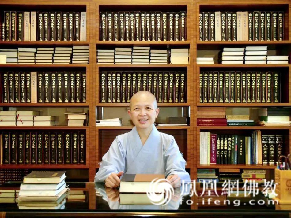 昭慧法师在自己的书房(图片来源:凤凰网佛教)