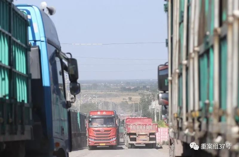 ▲6月24日,山前大道絡繹不絕的貨車,因附近山上礦藏豐富,運輸繁忙。新京報記者 李英強 攝