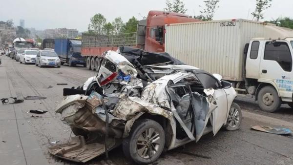 玉林一辆轿车与两辆牵引车碰撞,受损严重