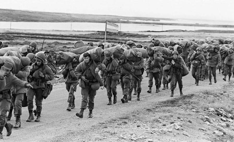 上图_ 携带军用物资的阿根廷士兵于1982年04月13日进入福克兰群岛