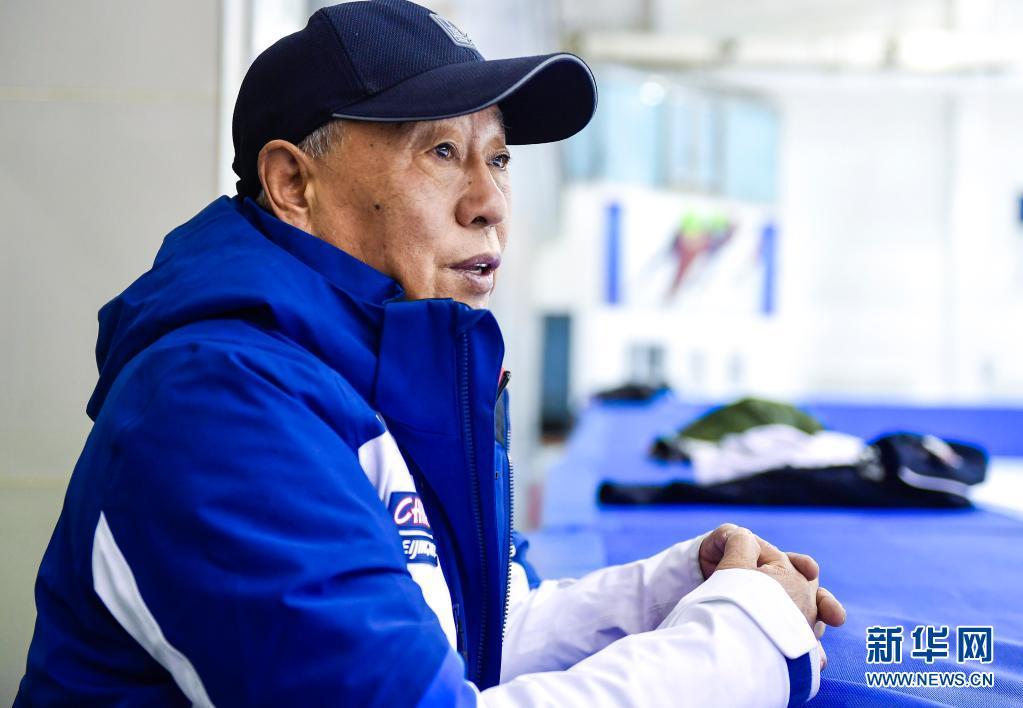 赵伟昌在长春市滑冰馆观看青少年运动员训练(3月30日摄)。新华社记者 许畅 摄