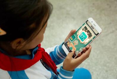 """彝族孩子使用移动版""""AI老师汉语学习系统""""学习"""