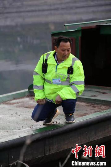 龚名红在长江支流香溪河上进行日常巡察 刘建 摄