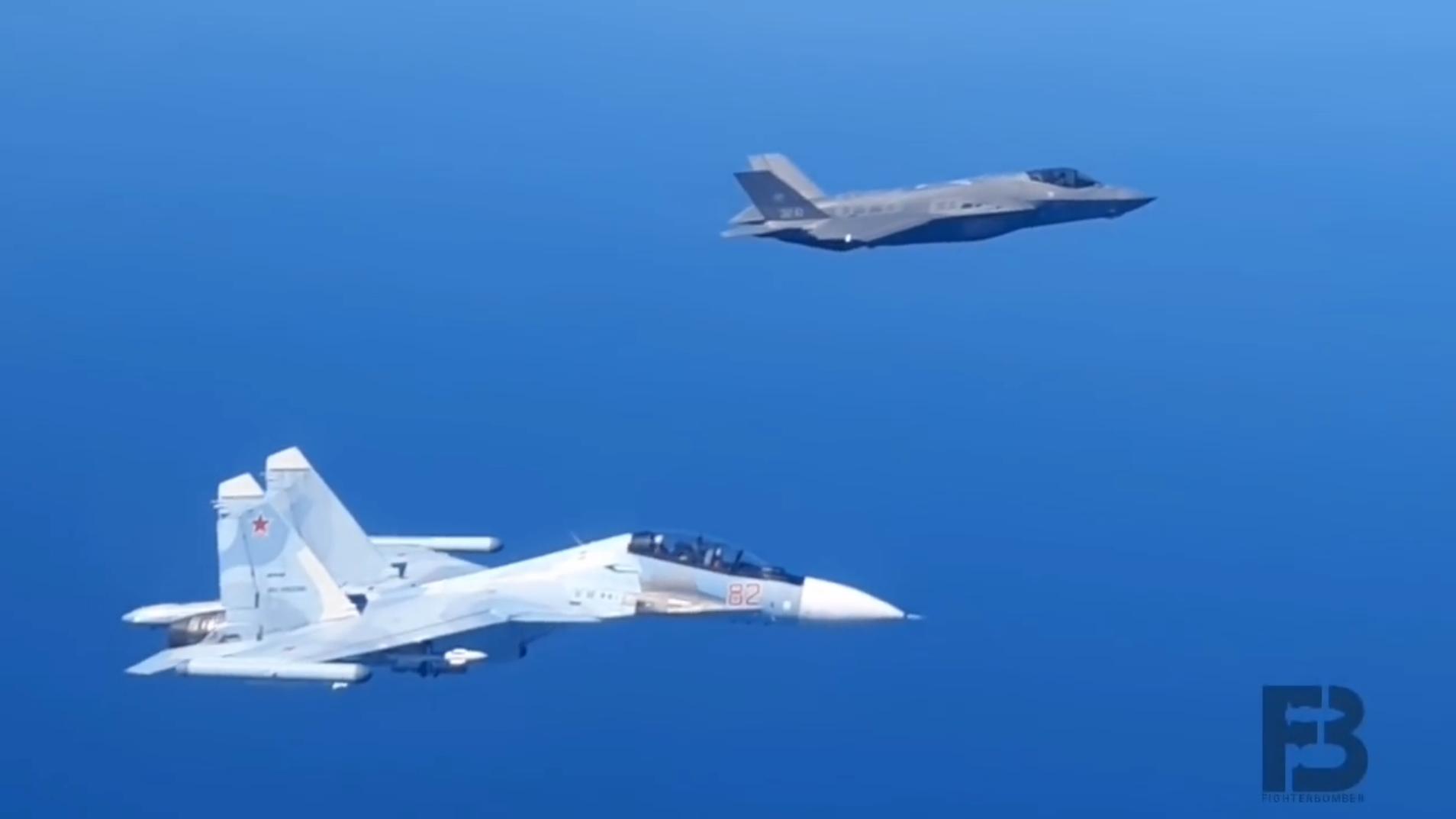 俄罗斯苏-30SM战斗机不断贴近F-35战斗机