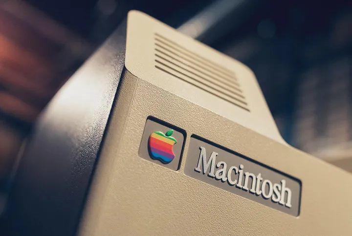 1984 推出的 Macintosh 上的 Apple Garamond 字体.