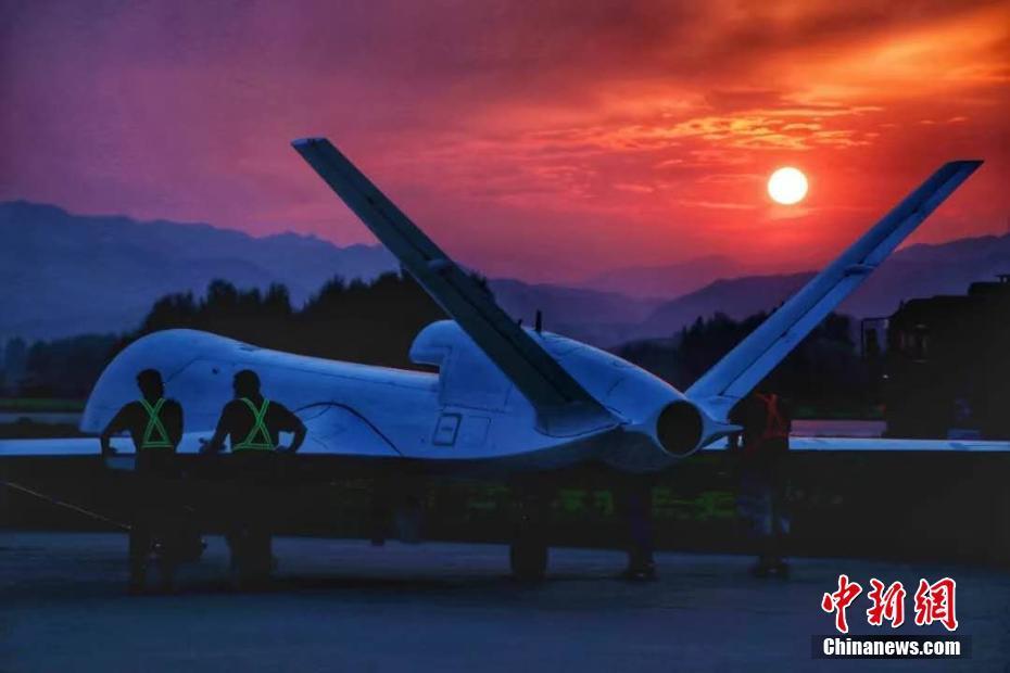 1月11日,由中国航天科工集团第三研究院海鹰航空通用装备有限公司牵头研制的WJ-700高空高速长航时察打一体无人机圆满完成首飞试验。WJ-700无人机的航时、航程和载重等关键性能指标,达到同等吨位量级无人机的国内领先、国际先进水平,具备防区外对地攻击、反舰、反辐射等空对面精确打击作战和广域侦察监视作战能力。图为WJ-700无人机(资料图片)。 中新社发 中国航天科工集团 供图