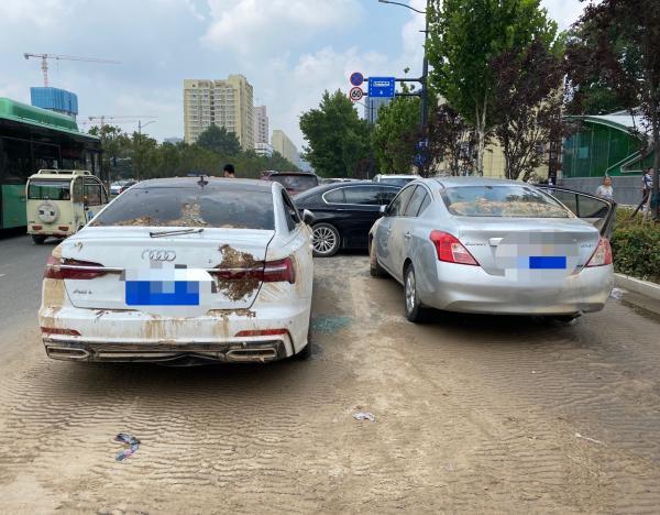 """從隧道里的水中拖出來的""""泡水車輛""""。澎湃新聞記者 薛莎莎 圖"""