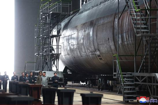 2019年7月,朝鲜最高领导人金正恩视察建造中的新型潜艇。