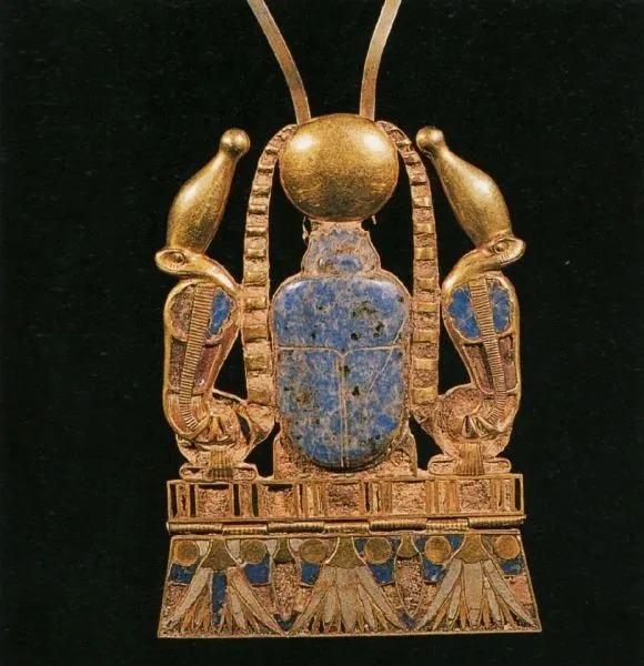 古埃及胸饰(中间的青金石甲虫托起金色的太阳)