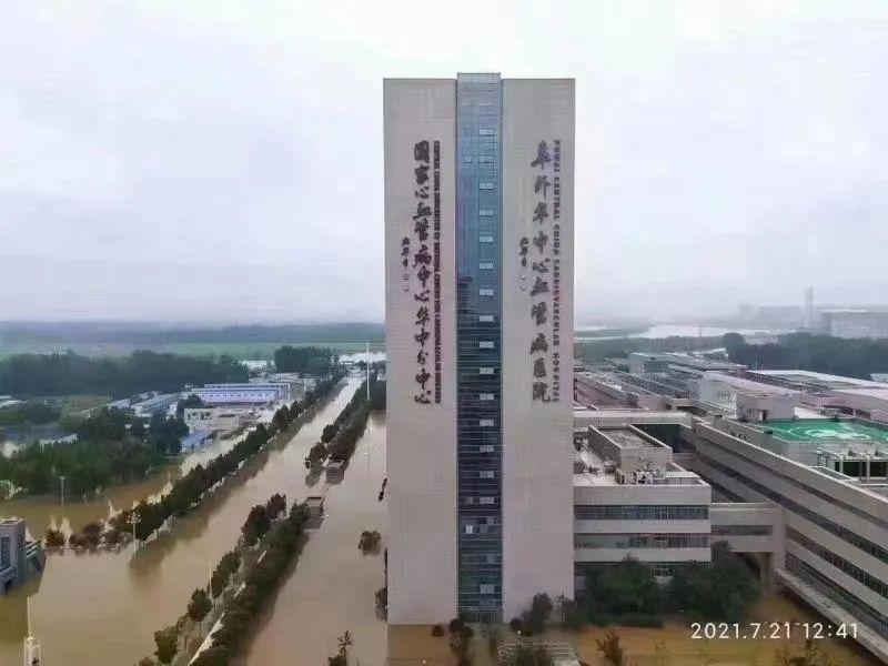 暴雨中赶往郑州华中阜外医院的人