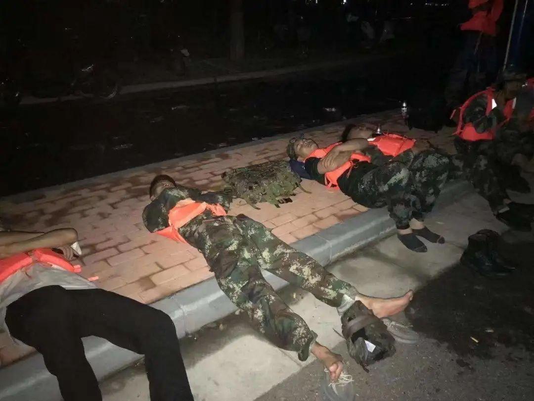 凌晨在马路边休息的志愿者 / 受访者供图
