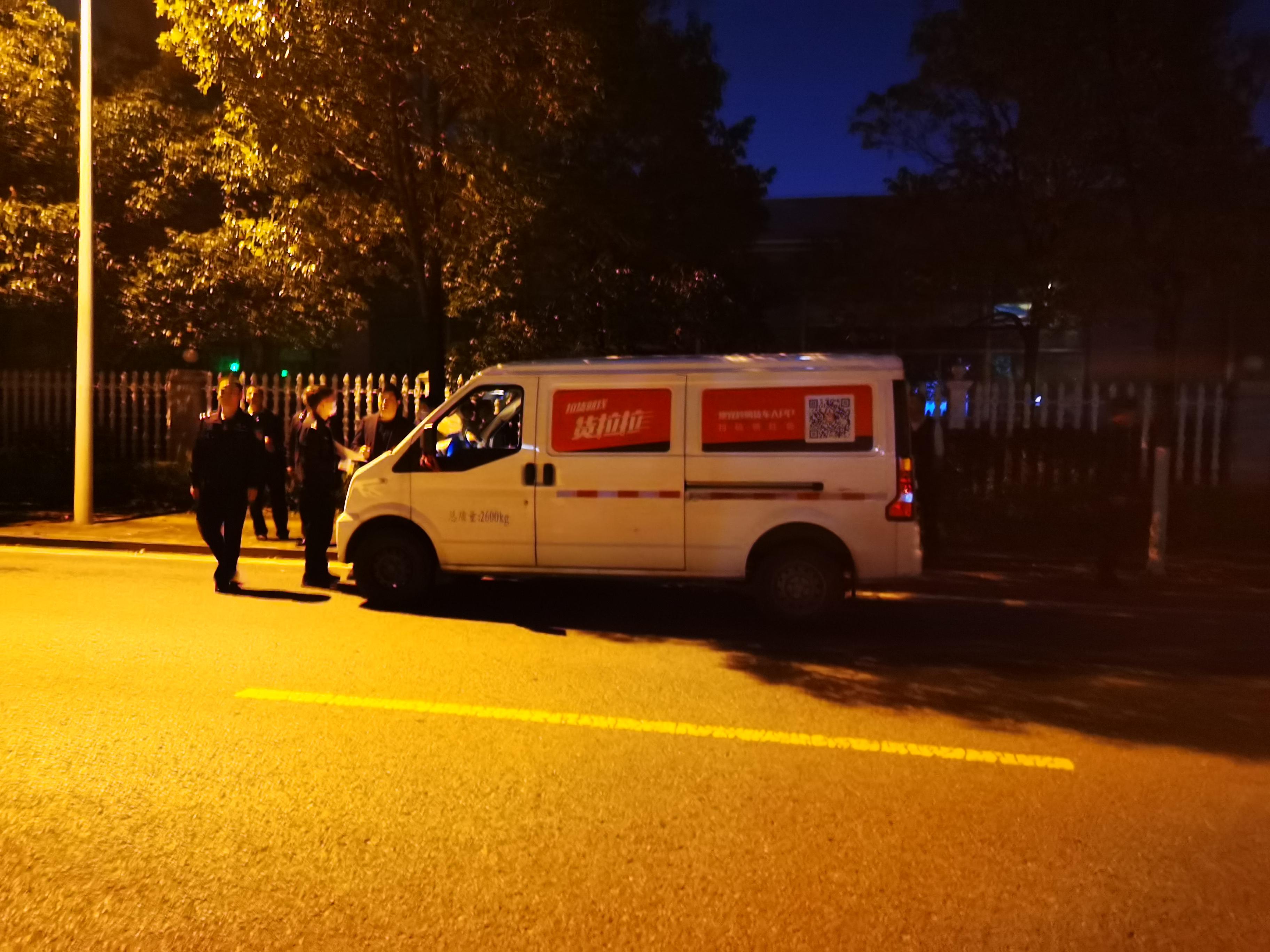 事发半个月后的2月22日晚,公安民警在事发路段再次进行现场勘查。澎湃新闻记者 朱远祥 图