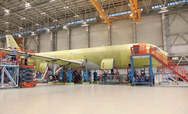 正在总装的C919国产干线客机。