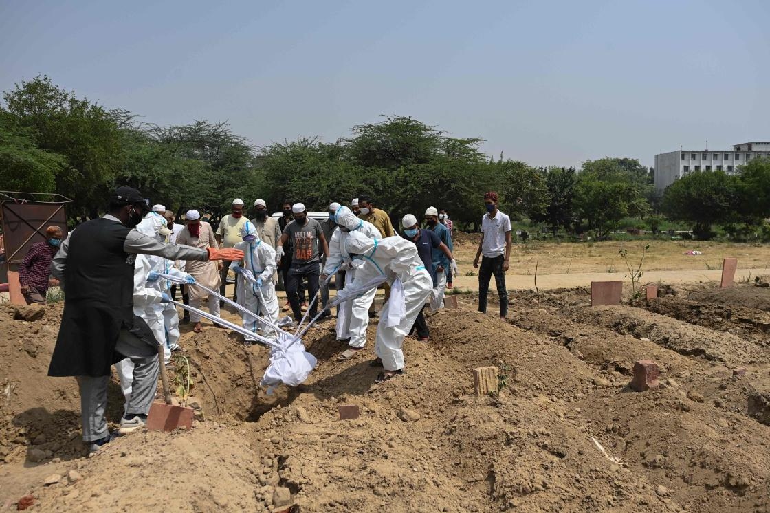 4月28日,人们在印度新德里安葬一名新冠死者。新华社 图
