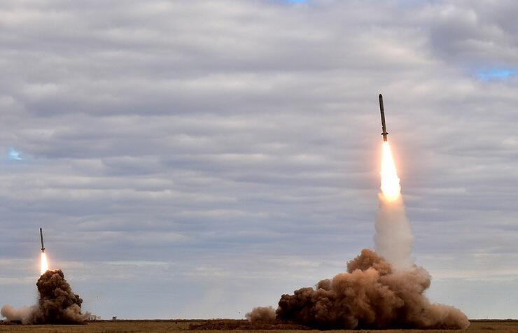 """俄军在演习中同时齐射两枚""""伊斯坎德尔""""导弹"""