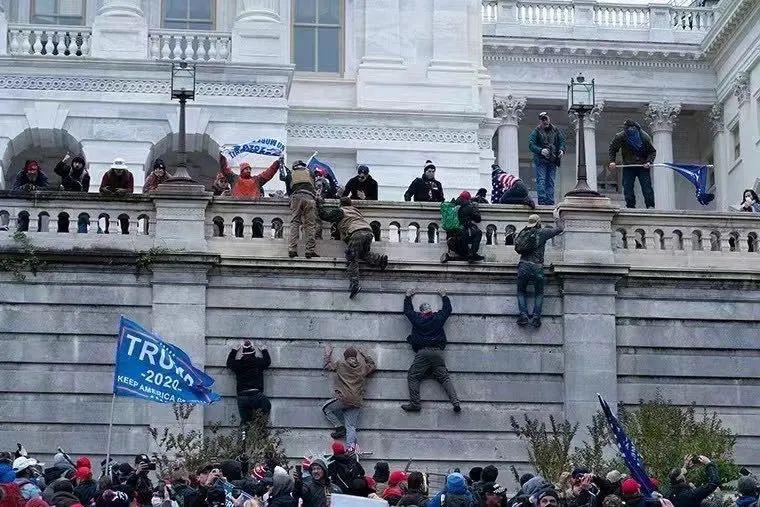一批特朗普支持者爬墙、砸碎窗户,闯进美国国会大楼内,还一度占领了议场