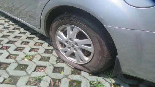 王先生之前的车被戳破了轮胎。