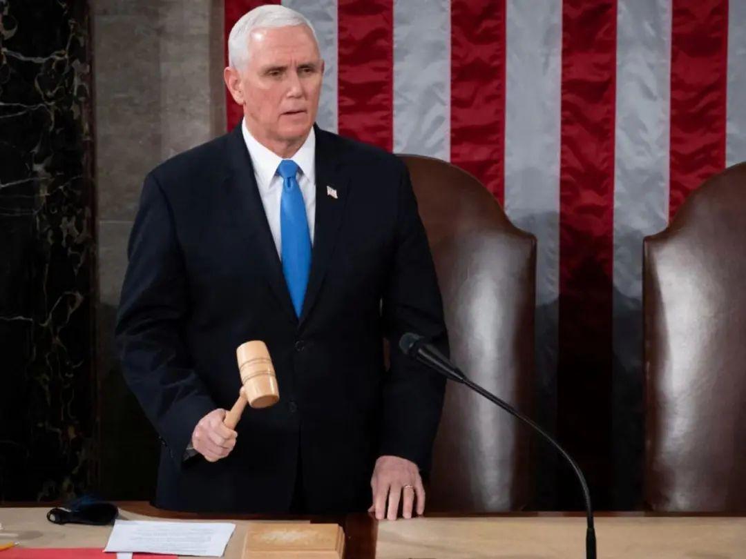 会议由身兼国会参议院议长的副总统彭斯主持,彭斯称,宪法不容许他推翻去年大选拜登胜出的结果