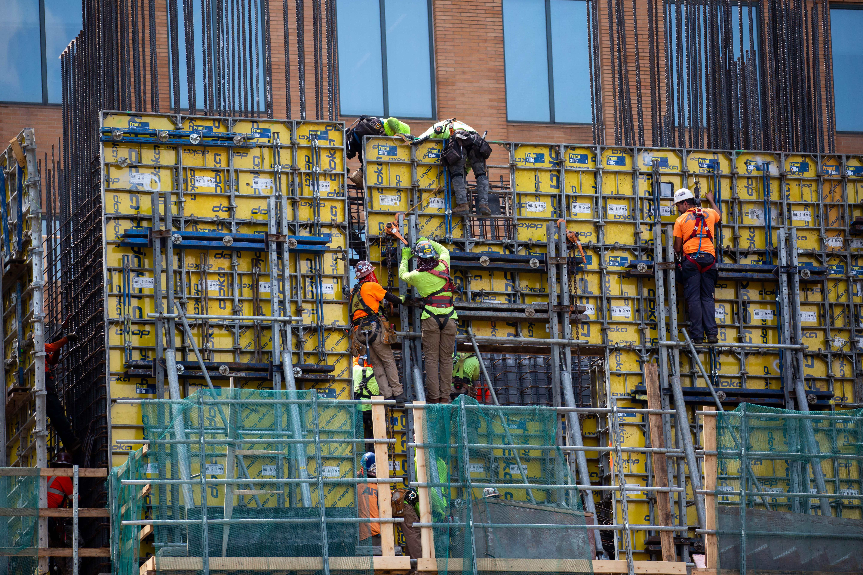 6月15日,建筑工人在美国纽约一处工地工作。新华社发(郭克摄)