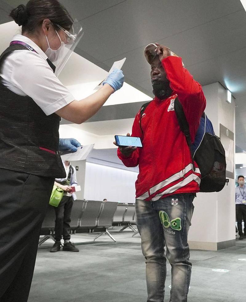 乌干达举重选手塞奇托雷科在一度失踪后,现身日本成田机场准备回国。图片:CFP