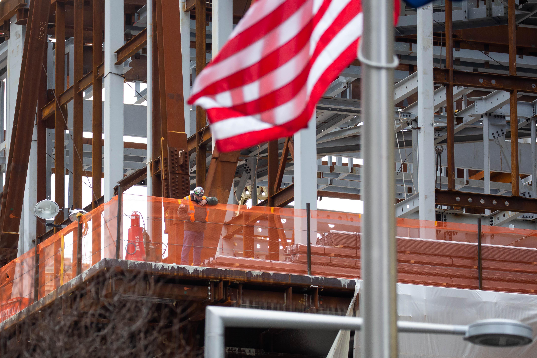 1月8日,工人在美国纽约一处工地工作。新华社发(郭克摄)