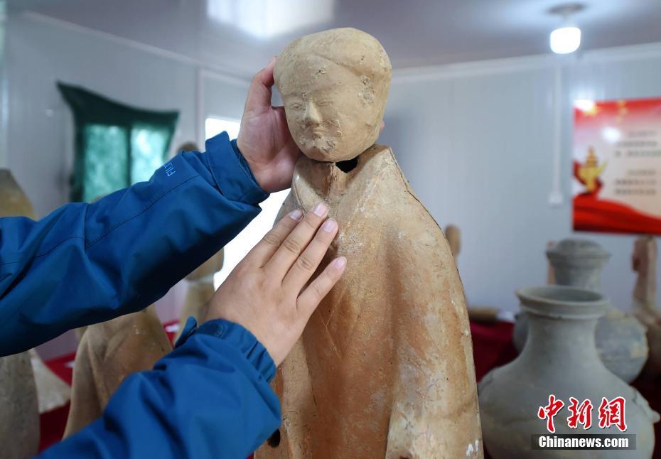 近日,河南省洛阳市孟津县,从洛阳市文物考古研究院获悉,位于黄河孟津会盟段河道内的古代墓葬群,已发掘出土各类文物200余件。其中,完整的西汉陶仕女俑和陶马为洛阳市首次发现。图片来源:视觉中国