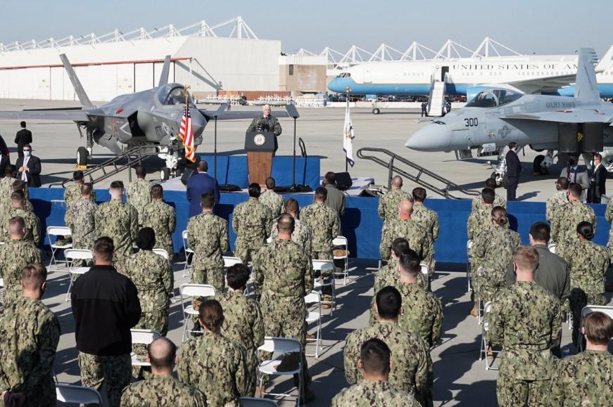 彭斯在勒莫尔海军航空基地讲话