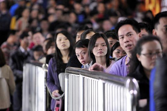 2013年2月12日,在罗湖口岸等待通关的旅客挤满过关通道。图 新华社