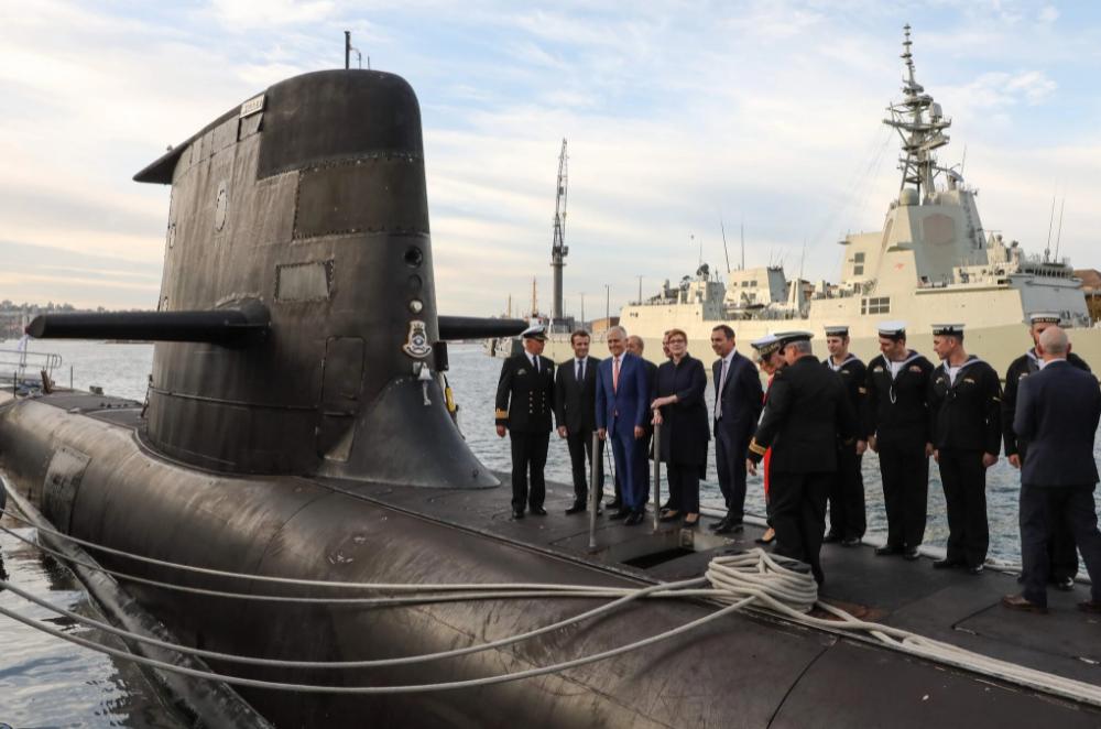 法国总统马克龙在2018年访问澳大利亚期间与时任澳总理的特恩布尔一起登上澳军潜艇