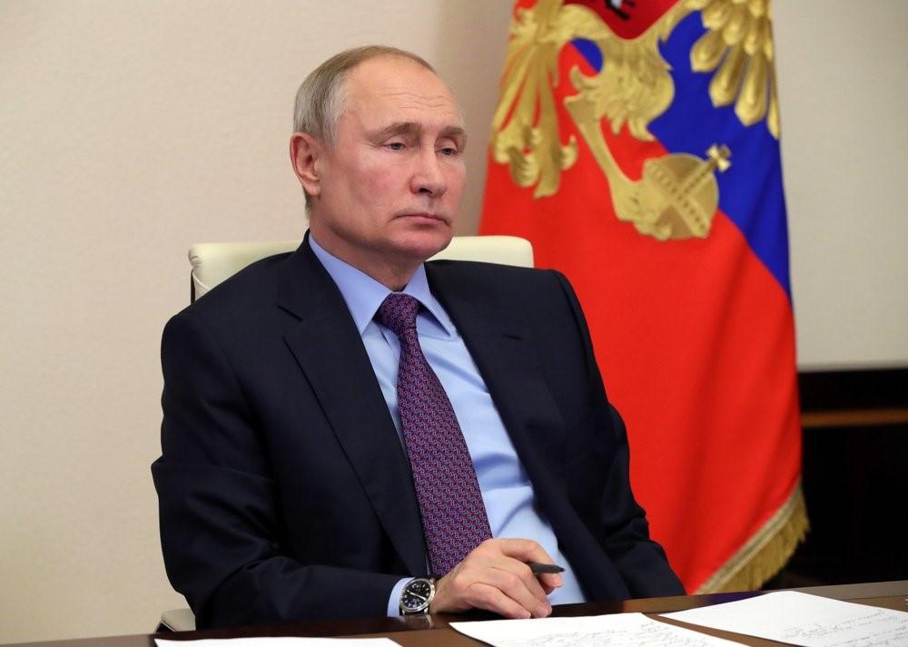(图说:周三,普京在莫斯科郊外的新奥加廖沃官邸参加视频会议。图/AP)