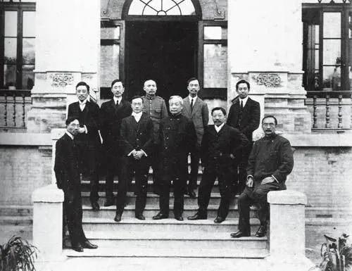 ▲1912年3月,北洋政府第一任内阁合影:左二为农林总长宋教仁,宋教仁于当年7月辞职。
