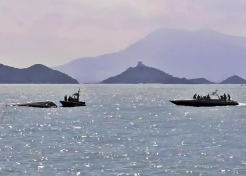 涉事水警艇翻船,两艘水警艇在旁救援