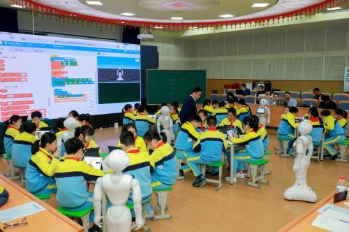 """探索""""AI+教育""""软银集团推动人工智能教育发展"""