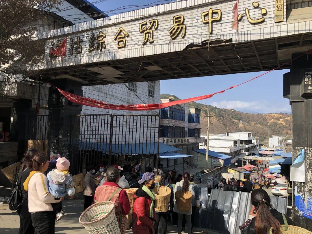 2月26日,泸沽综合贸易中心门前,乘5633次列车前来的彝族老乡排队进入市场采购。新京报记者 韩沁珂 摄