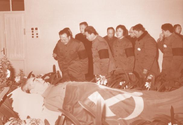 1976年1月11日,高振普(前排左一)向周恩来最后告别